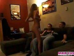 Maxcuckold Skinny Teen in Hausgemachte Cuckold Action