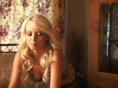Hot Blonde babe Jana Cova seule