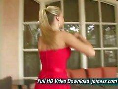 Alison Angel in einem sexy roten Kleid funktioniert wie ein Model