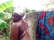Afrika bebek duş alır