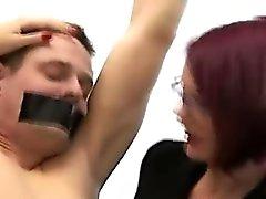 Britische Domina babes demütigen gekettet Amateur CFNM Kerl