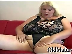 Molto paffuta la nonna si masturba