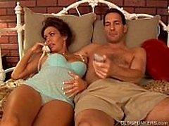El brunette bonito embarazada madura le encanta el sabor del semen