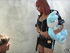 Domme Ladyboy polis memuru Saşa ceza için sikikler bir hırsız Strokes