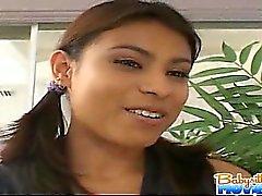 Heiße Babysitterin Megan Martínez saugt Nabe Schwanz Fahr