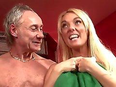 Britische blonde Schlampe in einer Orgie an der Theke in den Strümpfen