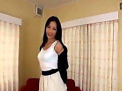İnce ve boylu olan Japon kadın güvenerek yalın sub soyarak