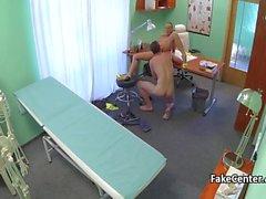 Seksi bir hastabakıcı biçimde masasına doktorunuza sikikleri