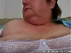 Chunky пожилая женщина Masturbating на диване