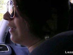 Lesbians играют в машину время вождения европы оральный
