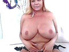 Enorme tieten shemale Holly Sweet cums hard