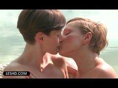 Relations sexuelles orales passionnés lesbienne près de la piscine avec des poupées horny