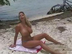 Blonde Amber Lynn on rannalla ja polvillaan saada kuseen