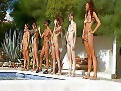 Zes naakte meisjes bij het zwembad uit Frankrijk