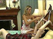Женщины лесби время как у них связаны руки на постели