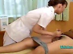 Aziatische Masseuse zuigen Patient haan krijgt haar tieten wreef op de Massage Bed