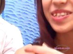 2 Asiatiska tjejer kyssas spotta sugande tungor få sina bröst gnidas mot Schoolgirl på soffan
