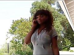Ebony MILF med lila klackar