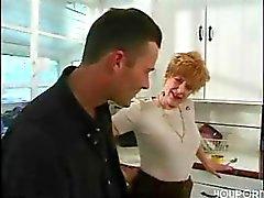 Vollbusig reifen rothaarige weht und wird auf dem Küchenfußboden klopfte