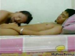 Leuke Indonesische tiener neuken met haar BF en zwaluwen zijn sperma