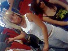 Garota peituda Cândido italiano em ônibus