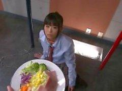 Japon kız öğrenci Chika cum içmek için bir kutup zincirleme dizlerinin üzerinde