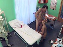 Öfkeli doktor hemşire yüz verir