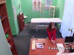 Redhead Euro étudiant baise médecin dans le faux hôpital