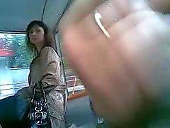 Man stokes i bussen