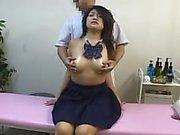 Sapık Doktor sınav salonunda okul kızlarını almak için seviyor