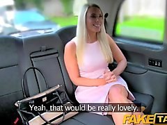 Gefälschte Taxi Creampie für warme Blonde in Taxi
