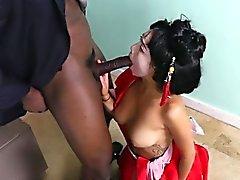 Asian Brud Vivianna Mulino Hämtar Freaky med svart basa