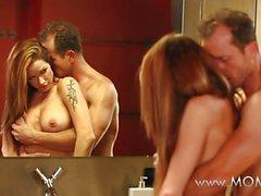 MAMMA Couple beim Liebesspiel auf dem Badezimmerboden