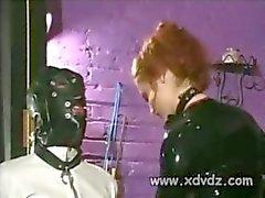 Mistress Gemini straffar sin slav knyta sina verktyg med rep och Spanking hans tokigt