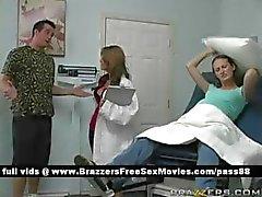 Jonge zwangere slet gaat naar de dokter