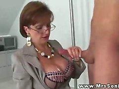 M Sonia obtient cum sur ses seins de géant après la tirant sur queue