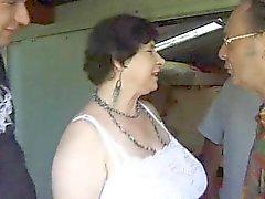 Frankrikes vacker kvinna Granny sucks Coks utomhus