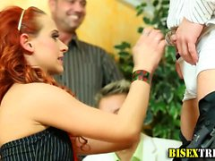 Bisex парень получает минетом при оргию