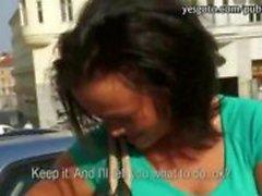 Amatör blinkar hennes bröst och röv knullade sedan på parkeringen