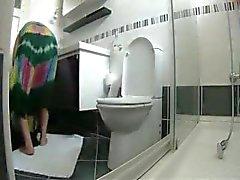 Très belle vue sur ma maman matures dans la toilette . Caméra cachée