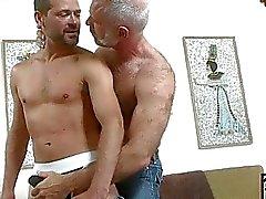 Oudere homo hunk krijgt om te spelen met jongere harde cum shooter