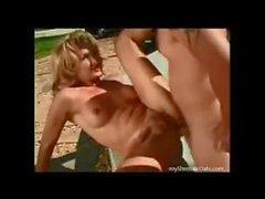 A havuz başında The Naked bijon ve busty tgirl karşılıklı olarak seks