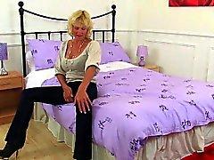 Britischen Omas Molly und Zadi tragen reizvoller Nylonstrümpfe