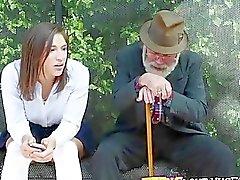 Teenager Abella Greifer einen großen Schwanz in der öffentlichen