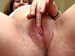 Ruiva linda Wendy grávida se masturbando e dedilhado buceta