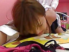 Sevimli Japonca kaltak yatakta bir sert bir patlama ve krem pastayı olur