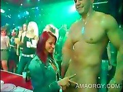 Kaksi puolueen Babes munaa CFNM orgioissa strippareita