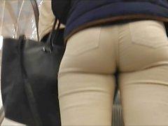 Culo en pantalones blancos