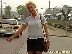 Blond se baisé dans le lavage de voitures
