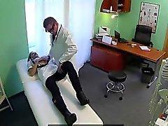 Chicas enfermero rubio follarla médico en un consultorio